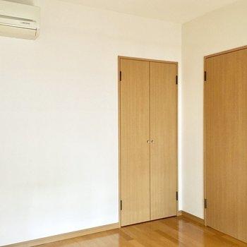 【洋室】エアコンも完備で快適に過ごせます。※写真は3階の同間取り別部屋ものです