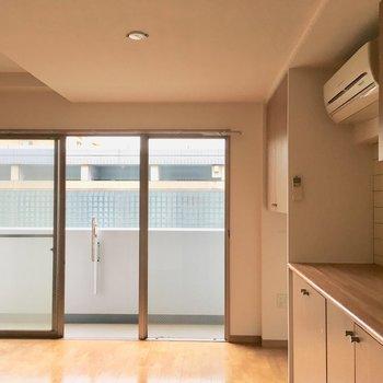 【LDK】窓から見えるキューブ上のガラスのフェンスもきれいだったり。※写真は3階の同間取り別部屋ものです