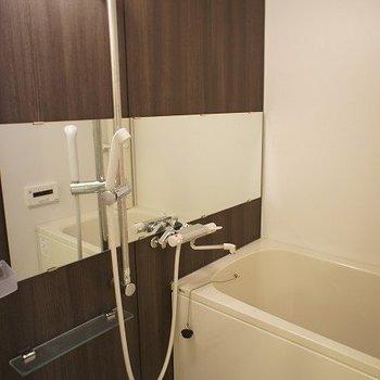 落ち着いた印象のお風呂※写真は別室、同タイプになります。