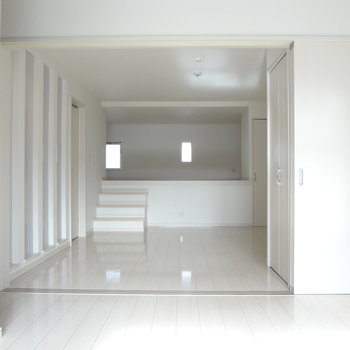奥行きどーーんっと!真っ白のお部屋です。