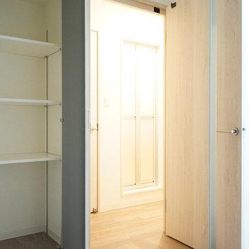 ドア横にあります◎ ※写真は別部屋です