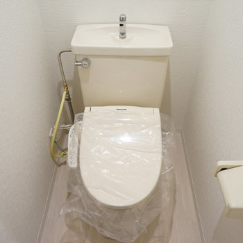 トイレも個室でウォシュレット付き! ※写真は別部屋です