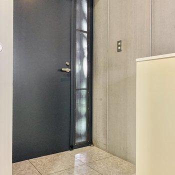 玄関もライトでしっかり明るくなります。
