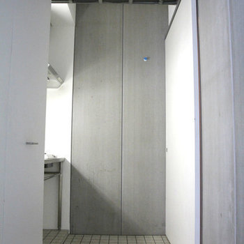 キッチンは入り口すぐ。※写真は3階の反転間取り別部屋のものです