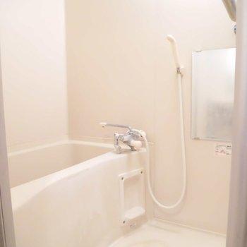 お風呂は浴室乾燥機付き※写真は別室、間取り反転です