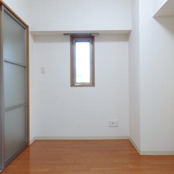洋室には小窓が(※写真は2階の同間取り別部屋のものです)