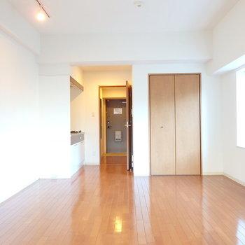 リビングは約11帖。ゆったり家具も置けますよ(※写真は2階の同間取り別部屋のものです)