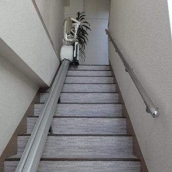 2階まで階段でどうぞ