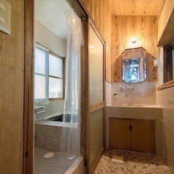 脱衣所と洗面台。木の壁が優しい。