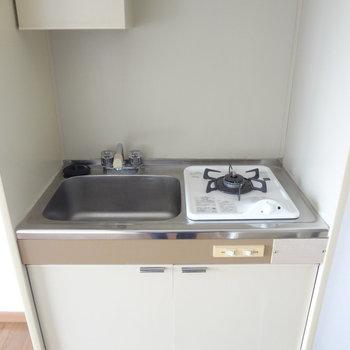 キッチンは狭いな・・・上手に場所を活用しないとな。