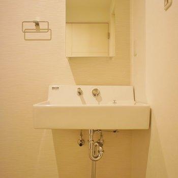 洗面はシンプルデザイン。※写真は前回掲載時のものです。