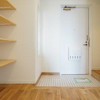玄関は白いタイルで明るく清潔に◎
