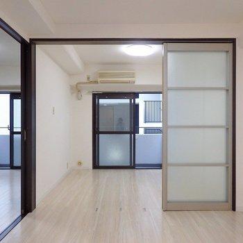 シックな色合いの建具で、お部屋を引き締めて。