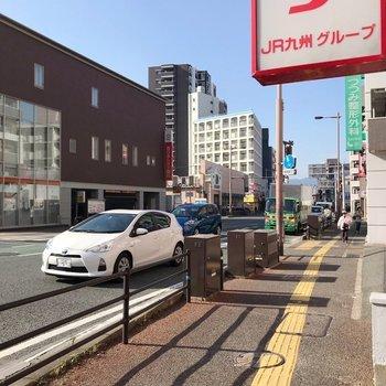 近くの大通りには銀行・ドラッグストア・24時間営業のスーパーがあります。