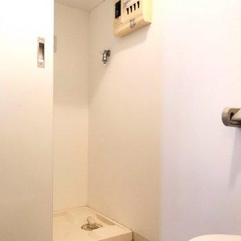 洗濯機置場はトイレの向かい。扉で隠せます。(※写真は別棟の同間取り別部屋のものです)