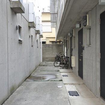 自転車は玄関前にとめましょう!