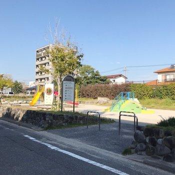 目の前には公園。近くには高校もあるので治安も良さそう。