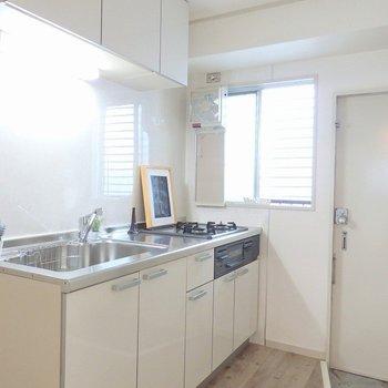 キッチン横には小窓があって明るく爽やか。
