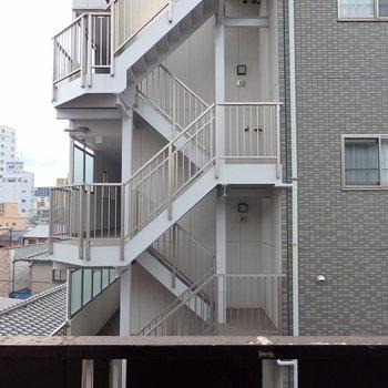 眺望はお隣のビル。