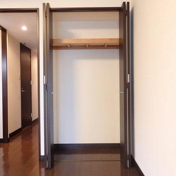 リビングにも収納があります。(※写真は11階の反転間取り別部屋のものです)