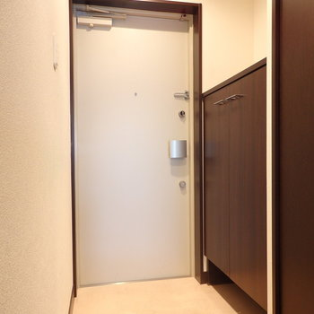 入って左にシューズボックス。(※写真は11階の反転間取り別部屋のものです)
