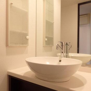 ボウル型の洗面台。(※写真は11階の反転間取り別部屋のものです)