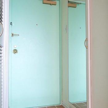 玄関には鏡付きのシューズボックスも。
