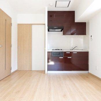 ボルドー色のキッチンがアクセントに。(※写真は清掃前のものです)