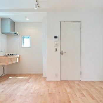 キッチンと水周り側。違和感なくお部屋に溶け込んでいます。※写真は前回募集時のものです