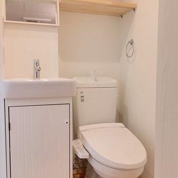 洗面台の隣にトイレがあります。※写真は前回募集時のものです