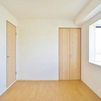 6.5帖のお部屋は出窓がお洒落。