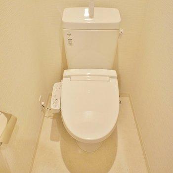 トイレの上に収納あります。
