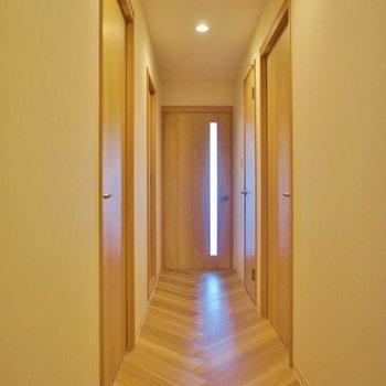 廊下の床もヘリンボーン。