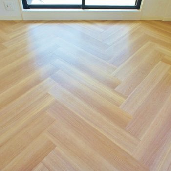ヘリンボーンの床がオシャレ。