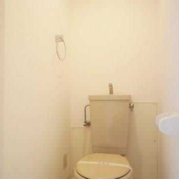 個室です、洗浄便座で無いです