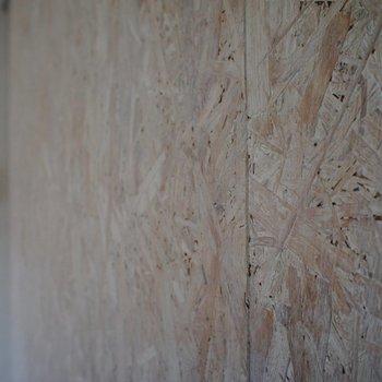 リビングの壁、木の風合いがいいね!