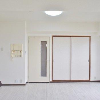 リビングはシンプルで家具選びに困りません。