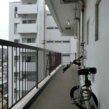 自転車を部屋の前に止めてますね