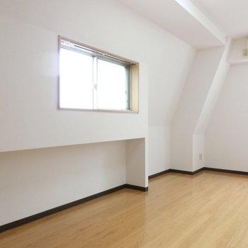 こちらは8.2帖の寝室