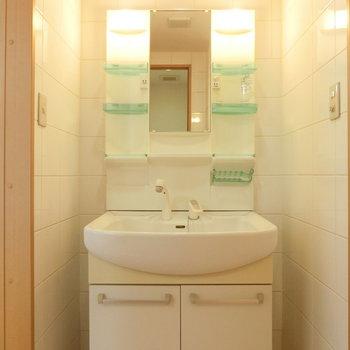 明るく、清潔な洗面台