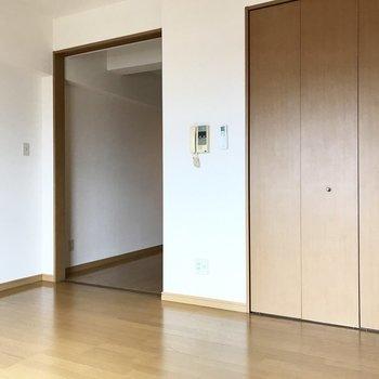 左の扉の先は・・・(※写真は5階の同間取り別部屋のものです)