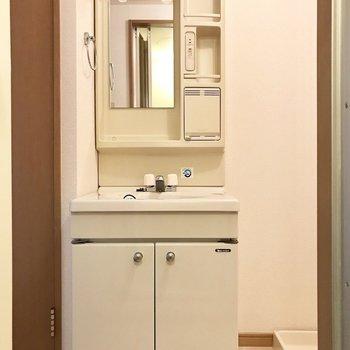 レトロな洗面台と隣には洗濯機。(※写真は5階の同間取り別部屋のものです)