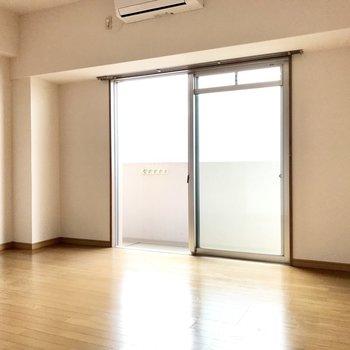 左右にワイドな洋室。家具の配置はすんなり決まりそう。(※写真は5階の同間取り別部屋のものです)