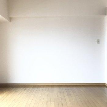 手前にはシェルフにテレビを置いて、グリーンを飾って。(※写真は5階の同間取り別部屋のものです)