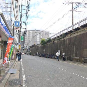 博多駅まではこの道を歩きます。コンビニも近いですよ。