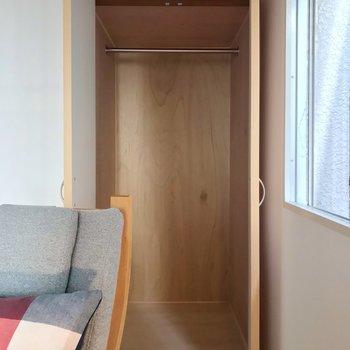 クローゼットは少しコンパクトですが、ハンガーポールがついていて便利に。(※写真の家具・小物は見本です)