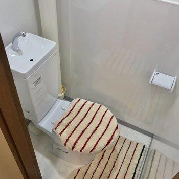 トイレはお風呂と反対側に。ウォシュレットは持ち込みで取り付けられますよ。(※写真の小物は見本です)