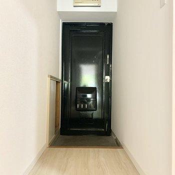 ブラック扉の玄関。かっこいい。