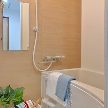お風呂はサーモ水栓とお湯はりつき。木目のシートに癒やされます。(※写真の小物は見本です)