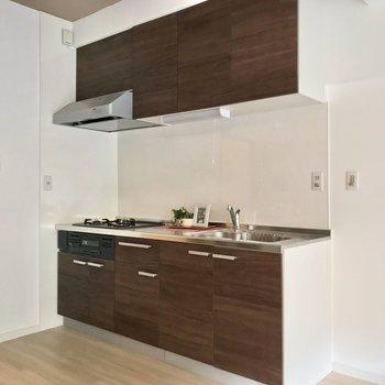 冷蔵庫はシンク側に置けます。モニターホンやお風呂のリモコンも便利。(※写真の小物は見本です)